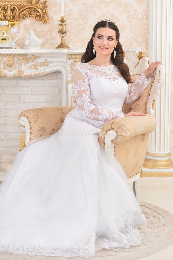Πορτρέτο της νέας όμορφης νύφης στην άσπρη τοποθέτηση φορεμάτων στοκ εικόνες με δικαίωμα ελεύθερης χρήσης