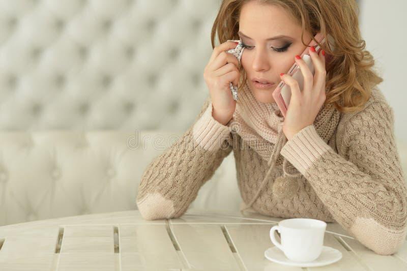 Πορτρέτο της νέας όμορφης φωνάζοντας γυναίκας που χρησιμοποιεί το smartphone στοκ εικόνες