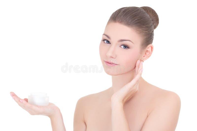 Πορτρέτο της νέας όμορφης χαμογελώντας γυναίκας με το isol μπουκαλιών κρέμας στοκ εικόνες με δικαίωμα ελεύθερης χρήσης