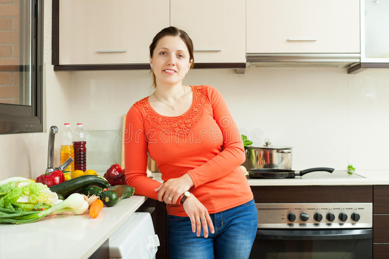 Πορτρέτο της νοικοκυράς με τα φρέσκα λαχανικά στοκ εικόνα