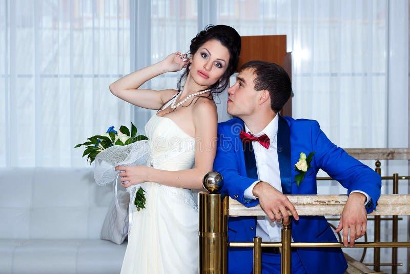 Πορτρέτο της νύφης και του νεόνυμφου στο γάμο τους, στο εσωτερικό στοκ εικόνα με δικαίωμα ελεύθερης χρήσης
