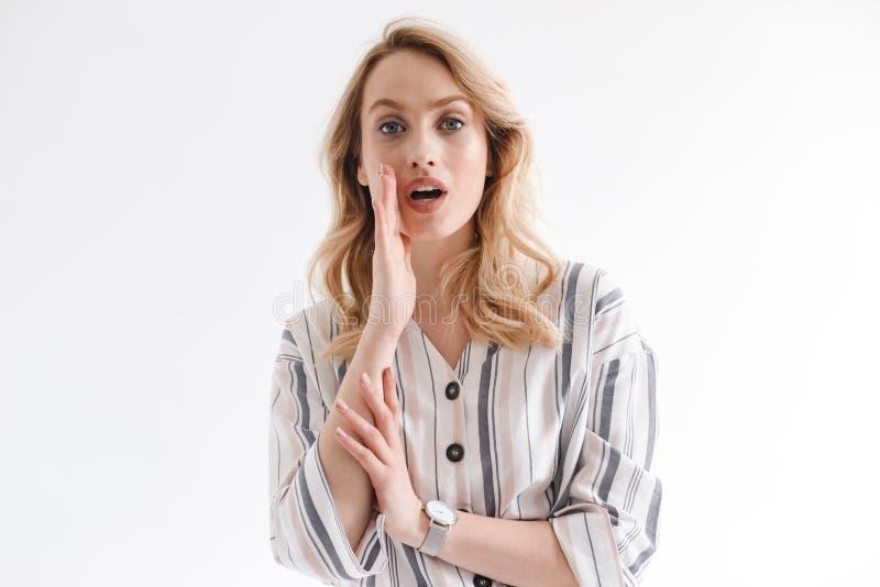 Πορτρέτο της ξανθής νέας γυναίκας που φορά wristwatch να φωνάξει με το χέρι στο στόμα της στοκ φωτογραφία με δικαίωμα ελεύθερης χρήσης
