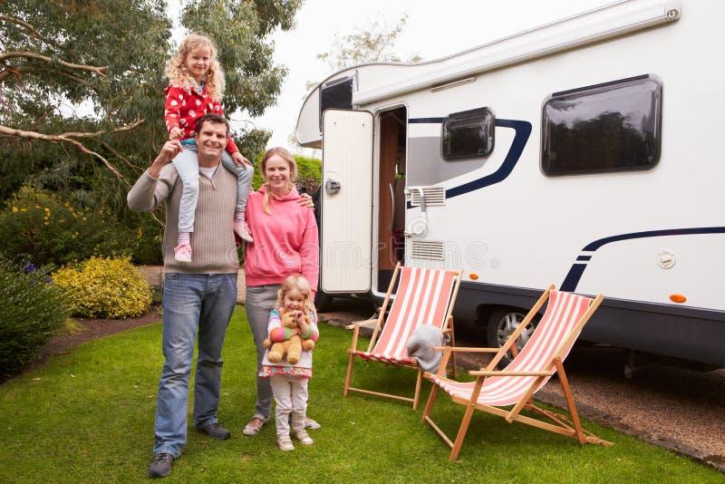Πορτρέτο της οικογένειας που απολαμβάνει τις διακοπές στρατοπέδευσης στο φορτηγό τροχόσπιτων στοκ φωτογραφία με δικαίωμα ελεύθερης χρήσης