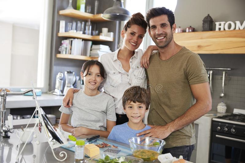 Πορτρέτο της οικογένειας στην κουζίνα μετά από τη συνταγή στην ψηφιακή ταμπλέτα στοκ εικόνες