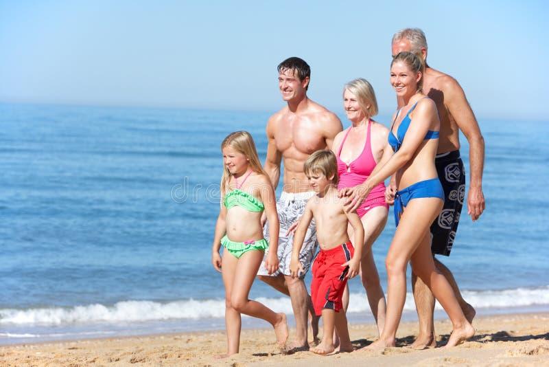 Πορτρέτο της οικογένειας τριών γενεάς στις παραθαλάσσιες διακοπές στοκ εικόνα