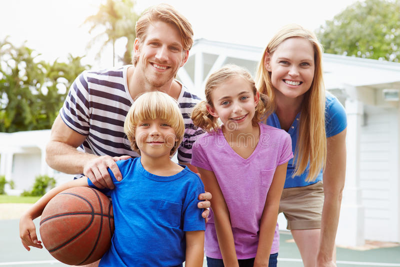Πορτρέτο της οικογενειακής παίζοντας καλαθοσφαίρισης από κοινού στοκ εικόνα με δικαίωμα ελεύθερης χρήσης