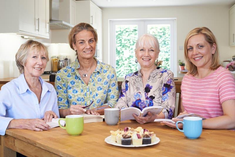 Πορτρέτο της ομάδας γυναικών που συναντιούνται για την ομάδα βιβλίων στοκ φωτογραφία με δικαίωμα ελεύθερης χρήσης