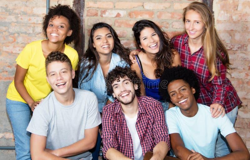 Πορτρέτο της ομάδας νέου ενήλικου peop λατινικών και αφροαμερικάνων στοκ εικόνες