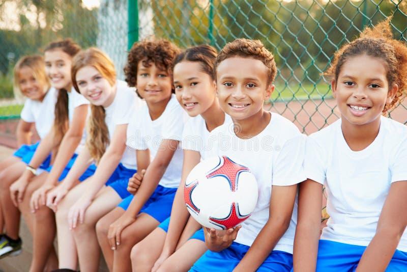 Πορτρέτο της ομάδας ποδοσφαίρου νεολαίας που εκπαιδεύει από κοινού στοκ φωτογραφία με δικαίωμα ελεύθερης χρήσης