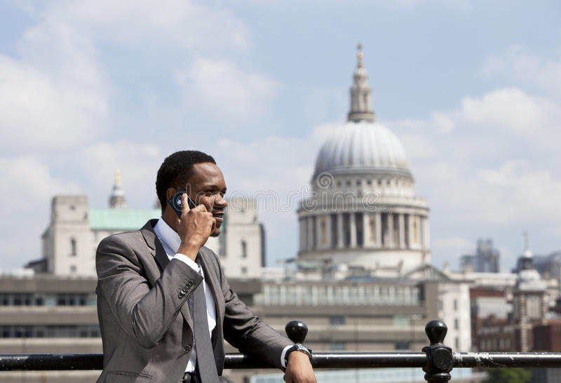 Πορτρέτο της ομιλίας επιχειρηματιών αφροαμερικάνων στο τηλέφωνο κυττάρων στο Λονδίνο στοκ φωτογραφίες με δικαίωμα ελεύθερης χρήσης