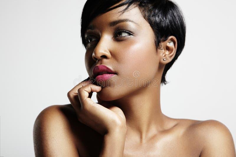 Πορτρέτο της πανέμορφης μαύρης γυναίκας στοκ φωτογραφία με δικαίωμα ελεύθερης χρήσης
