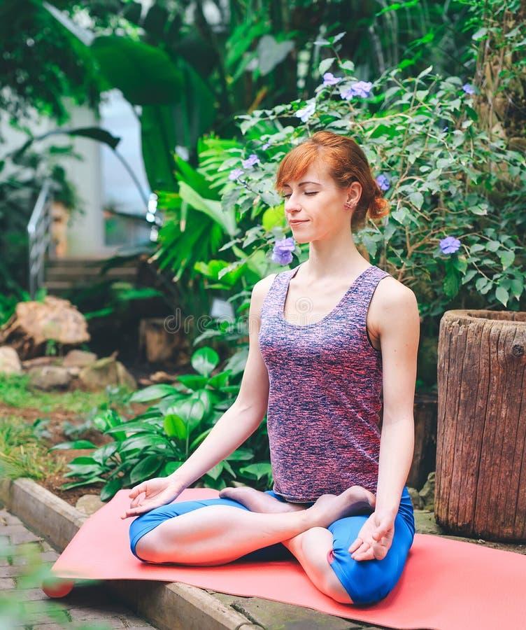 Πορτρέτο της πανέμορφης νέας γιόγκας άσκησης γυναικών εσωτερικής Το Calmness και χαλαρώνει, θηλυκή ευτυχία στοκ εικόνες