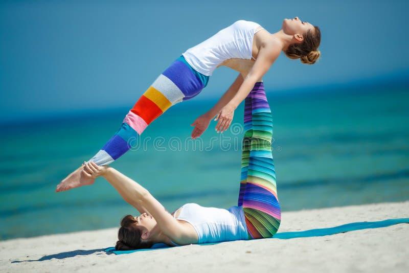 Πορτρέτο της πανέμορφης νέας γιόγκας άσκησης γυναικών εσωτερικής στοκ φωτογραφία με δικαίωμα ελεύθερης χρήσης