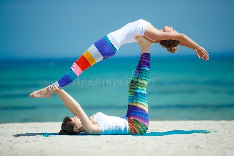 Πορτρέτο της πανέμορφης νέας γιόγκας άσκησης γυναικών εσωτερικής στοκ φωτογραφίες με δικαίωμα ελεύθερης χρήσης