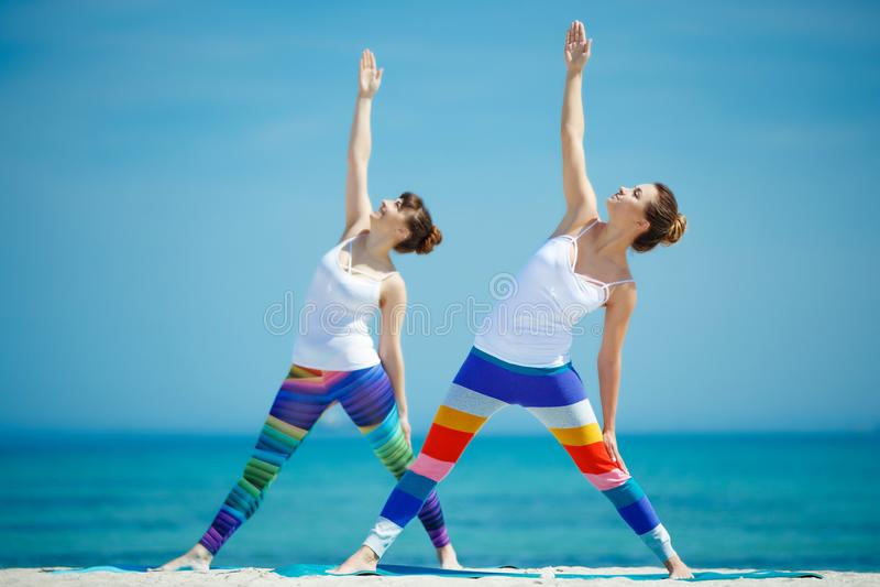 Πορτρέτο της πανέμορφης νέας γιόγκας άσκησης γυναικών εσωτερικής στοκ εικόνες