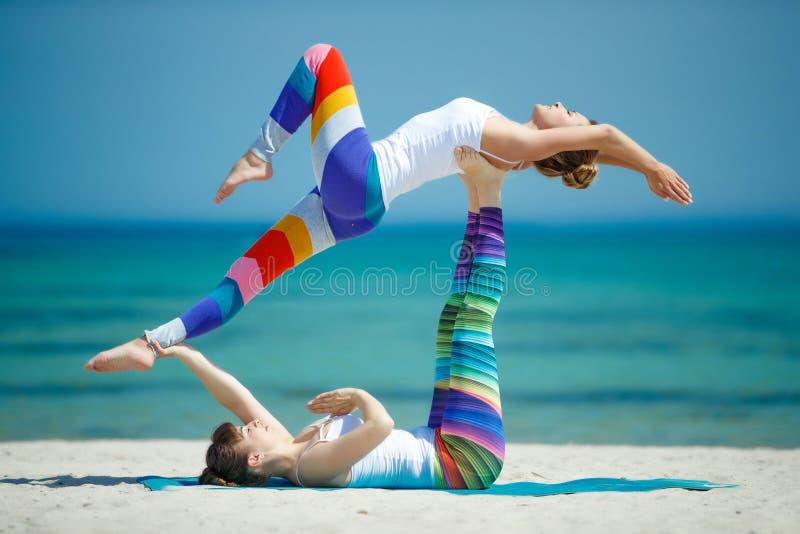Πορτρέτο της πανέμορφης νέας γιόγκας άσκησης γυναικών εσωτερικής στοκ εικόνες με δικαίωμα ελεύθερης χρήσης