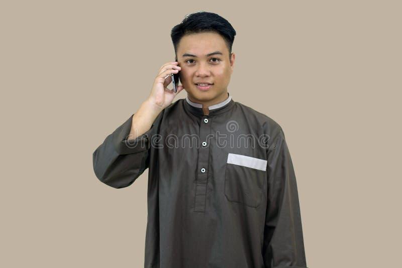 Πορτρέτο της πρωινής μουσουλμανικής τοποθέτησης νεολαίας στη μουσουλμανική ενδυμασία που στέκεται μπροστά από τη κάμερα, που φαίν στοκ φωτογραφίες με δικαίωμα ελεύθερης χρήσης