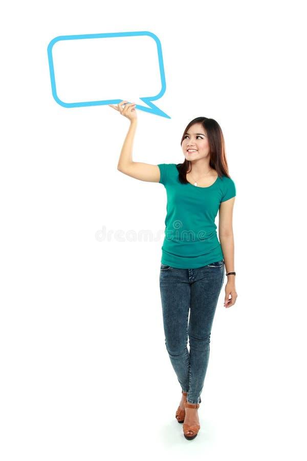 Πορτρέτο της πλήρους μήκους νέων κοριτσιών φυσαλίδας κειμένων εκμετάλλευσης κενής μέσα στοκ εικόνες με δικαίωμα ελεύθερης χρήσης