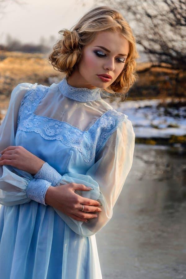 Πορτρέτο της ρομαντικής γυναίκας σε ένα φόρεμα στις όχθεις του ποταμού στοκ εικόνες