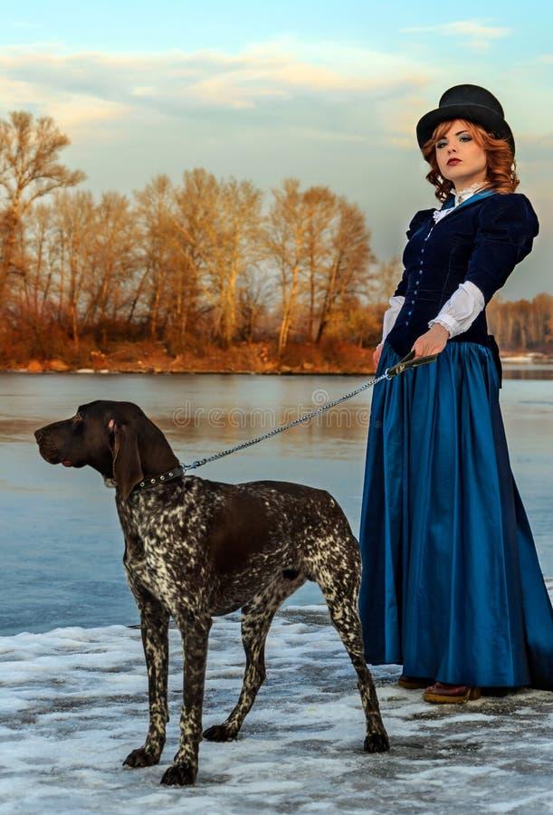 Πορτρέτο της ρομαντικής γυναίκας στο εκλεκτής ποιότητας φόρεμα στον ποταμό στοκ φωτογραφία με δικαίωμα ελεύθερης χρήσης
