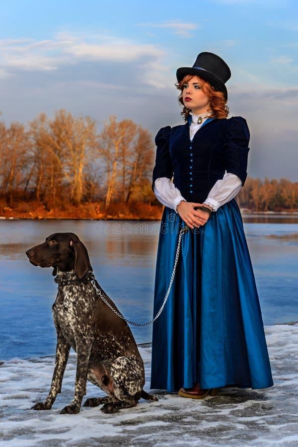 Πορτρέτο της ρομαντικής γυναίκας στο εκλεκτής ποιότητας φόρεμα στον ποταμό στοκ φωτογραφία