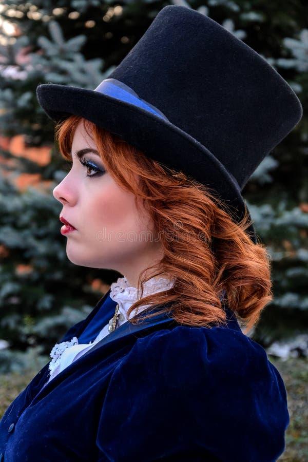 Πορτρέτο της ρομαντικής γυναίκας στο εκλεκτής ποιότητας φόρεμα στοκ φωτογραφίες με δικαίωμα ελεύθερης χρήσης