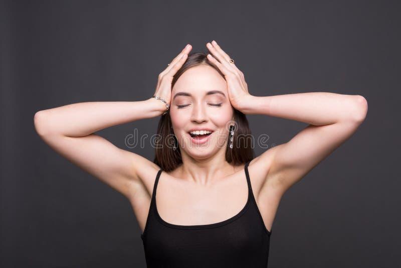 Πορτρέτο της συγκινημένης ελκυστικής γυναίκας που κρατά το κεφάλι της στοκ εικόνες