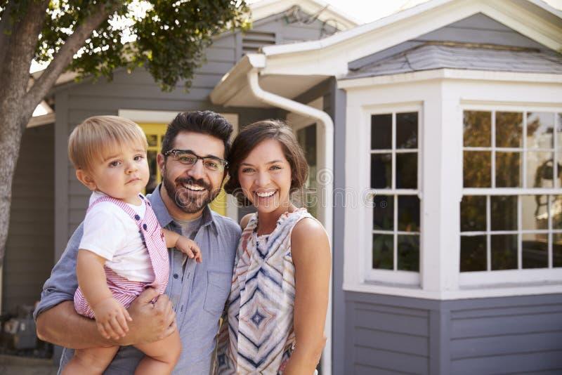 Πορτρέτο της συγκινημένης οικογένειας που στέκεται έξω από το νέο σπίτι στοκ φωτογραφίες