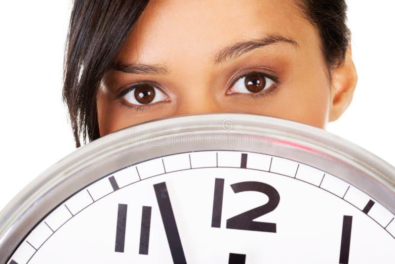 Πορτρέτο της συγκλονισμένης γυναίκας με το ρολόι στοκ εικόνες με δικαίωμα ελεύθερης χρήσης