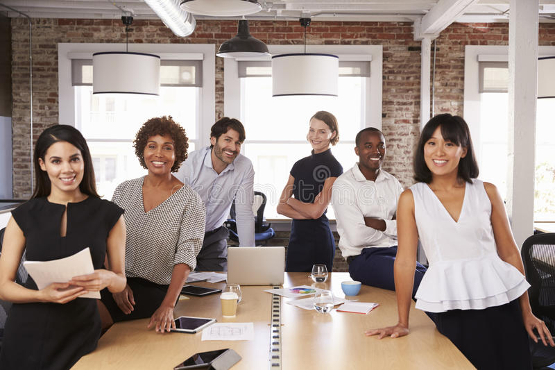 Πορτρέτο της συνεδρίασης του Businesspeople γύρω από τον πίνακα στην αρχή στοκ φωτογραφία με δικαίωμα ελεύθερης χρήσης