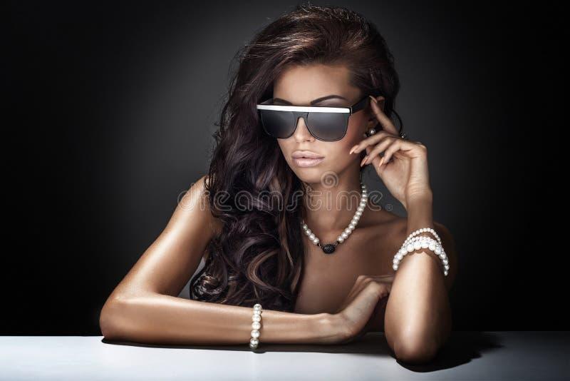 Πορτρέτο της σύγχρονης νέας ελκυστικής ομορφιάς brunette. στοκ εικόνες