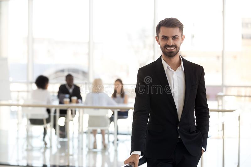 Πορτρέτο της τοποθέτησης επιχειρηματιών χαμόγελου για την εικόνα στην αρχή στοκ εικόνες με δικαίωμα ελεύθερης χρήσης