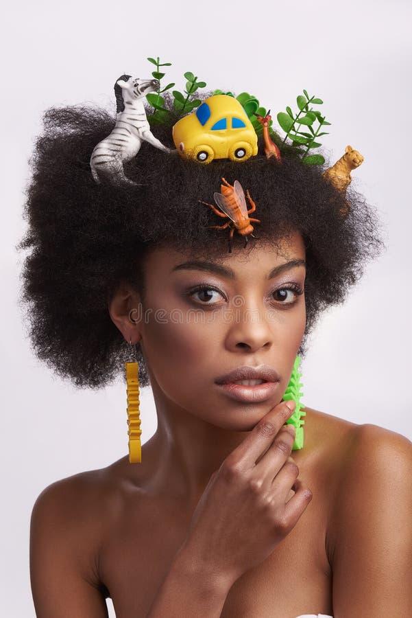 Πορτρέτο της τρυφερής εθνικής κυρίας με το περίεργο hairstyle στοκ εικόνες