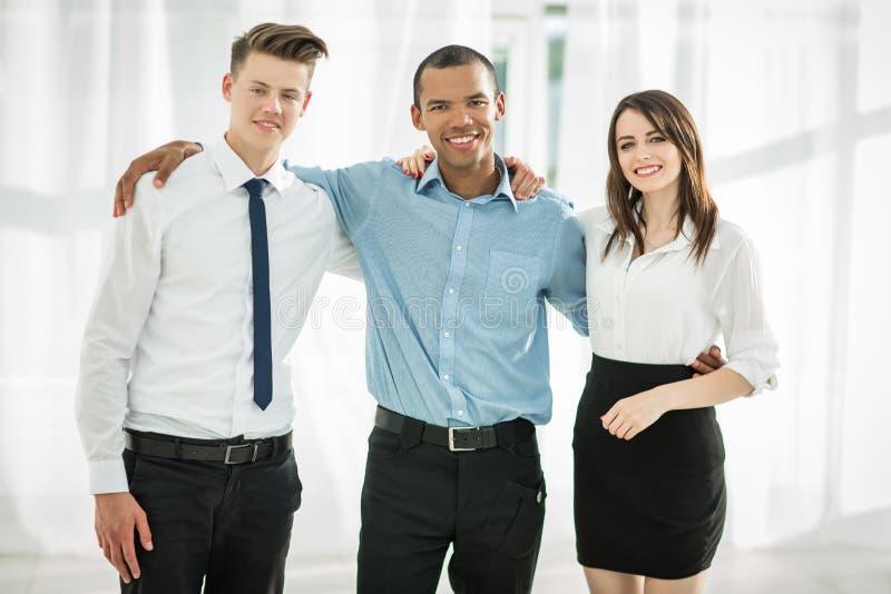 Πορτρέτο της φιλικής επιχειρησιακής ομάδας στο υπόβαθρο του γραφείου στοκ φωτογραφία με δικαίωμα ελεύθερης χρήσης