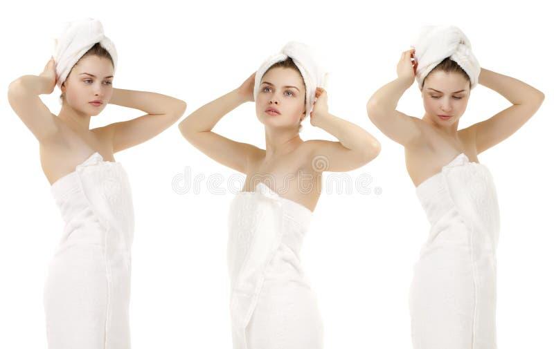 Πορτρέτο της φρέσκιας και όμορφης γυναίκας brunette που φορά την άσπρη ρυμούλκηση στοκ εικόνες
