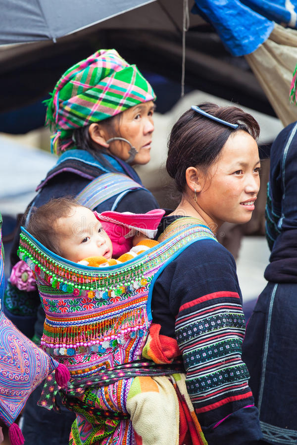 Πορτρέτο της φυλετικής γυναίκας Hmong με το μωρό στα εθνικά ενδύματα, Βιετνάμ στοκ εικόνες