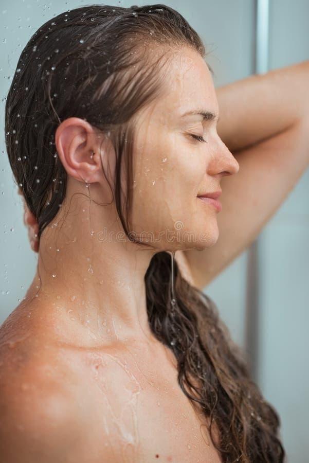 Πορτρέτο της χαλαρωμένης γυναίκας με μακρυμάλλη στο ντους στοκ φωτογραφίες