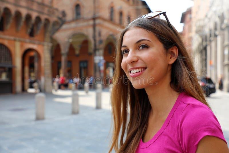 Πορτρέτο της χαμογελώντας γυναίκας τουριστών που επισκέπτεται την παλαιά πόλη της Μπολόνιας, Ιταλία στοκ εικόνες με δικαίωμα ελεύθερης χρήσης