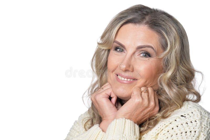 Πορτρέτο της χαμογελώντας ώριμης γυναίκας που εξετάζει τη κάμερα στο άσπρο υπόβαθρο στοκ εικόνες με δικαίωμα ελεύθερης χρήσης