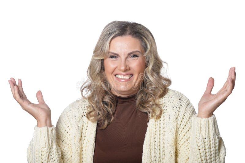 Πορτρέτο της χαμογελώντας ώριμης γυναίκας που εξετάζει τη κάμερα απομονωμένης στοκ εικόνες με δικαίωμα ελεύθερης χρήσης