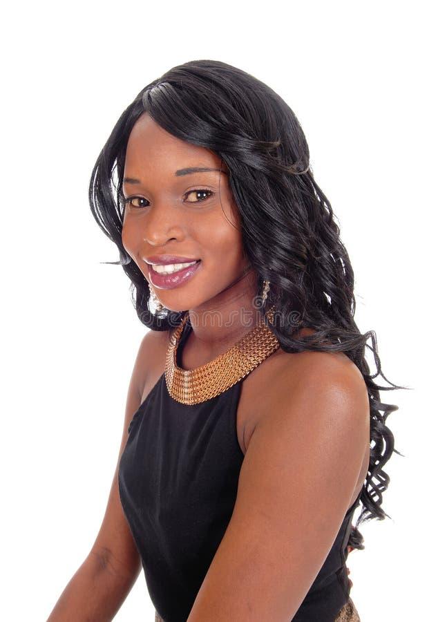 Πορτρέτο της χαμογελώντας γυναίκας αφροαμερικάνων στοκ φωτογραφίες