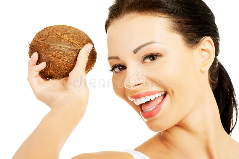 Πορτρέτο της χαμογελώντας γυναίκας με μια καρύδα στοκ εικόνα