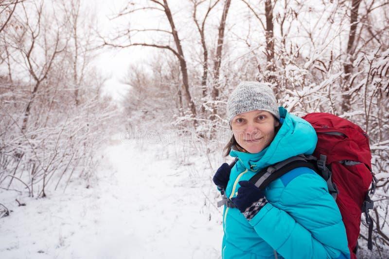Πορτρέτο της χαμογελώντας γυναίκας στο ίχνος στο δάσος στοκ φωτογραφία