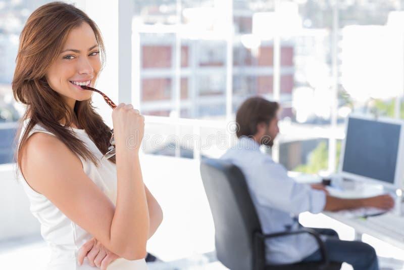Πορτρέτο της χαμογελώντας γυναίκας στο δημιουργικό γραφείο στοκ φωτογραφία με δικαίωμα ελεύθερης χρήσης