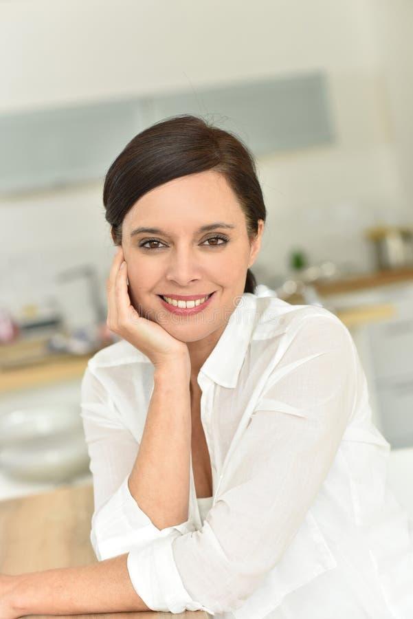 Πορτρέτο της χαμογελώντας γυναίκας στοκ φωτογραφίες με δικαίωμα ελεύθερης χρήσης