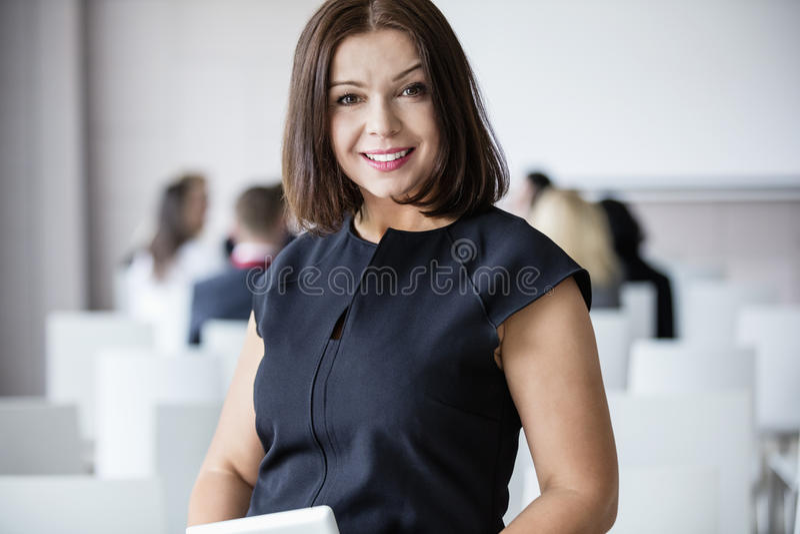 Πορτρέτο της χαμογελώντας επιχειρηματία που στέκεται στην αίθουσα σεμιναρίου στοκ εικόνες με δικαίωμα ελεύθερης χρήσης