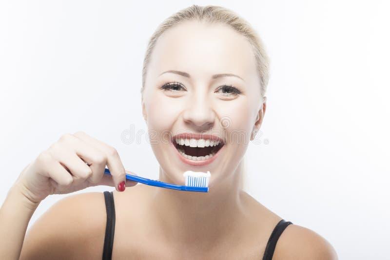 Πορτρέτο της χαμογελώντας καυκάσιας γυναίκας με την οδοντόβουρτσα στοκ εικόνες με δικαίωμα ελεύθερης χρήσης