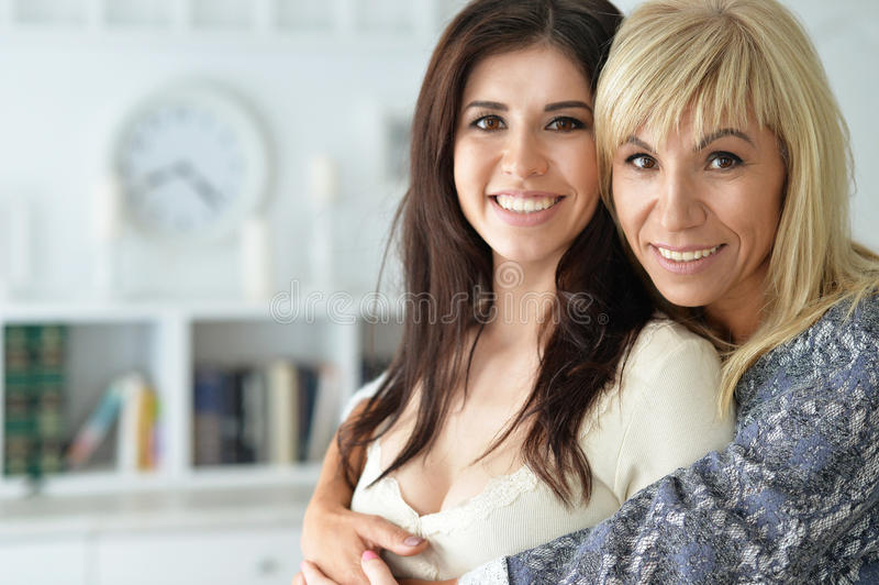 Πορτρέτο της χαμογελώντας μητέρας και της κόρης στοκ φωτογραφίες με δικαίωμα ελεύθερης χρήσης