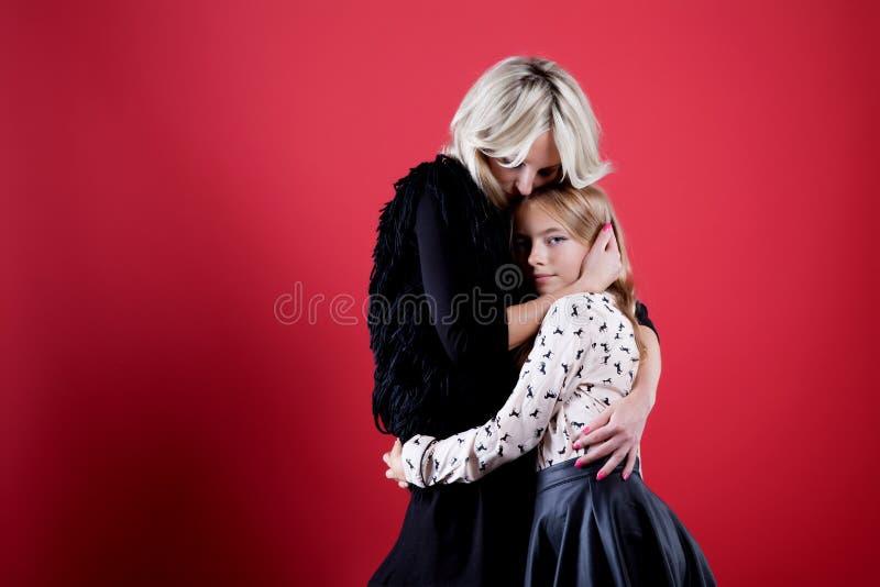 Πορτρέτο της χαμογελώντας μητέρας με την κόρη στοκ φωτογραφίες με δικαίωμα ελεύθερης χρήσης
