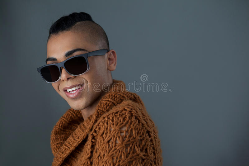 Πορτρέτο της χαμογελώντας transgender γυναίκας που φορά τα γυαλιά ηλίου στοκ εικόνα